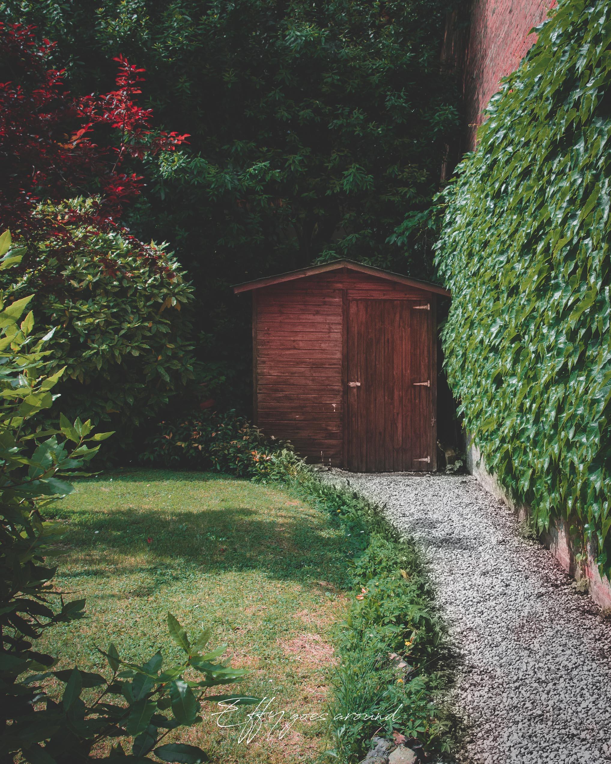 casetta in legno e siepe rampicante nel giardino di Casa Giglioli a Ferrara per Interno Verde