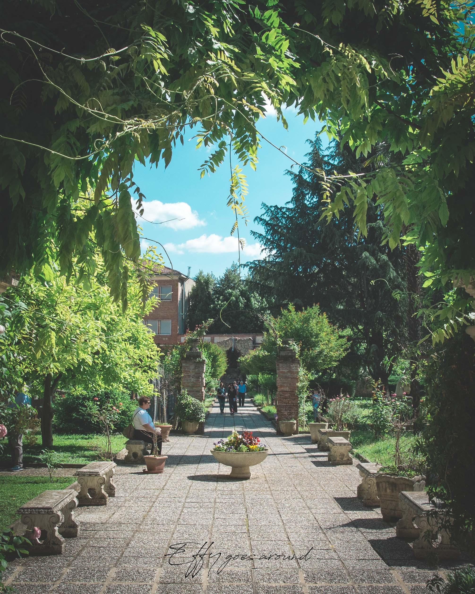 vialetto nel giardino dell'Istituto San Vincenzo a Ferrara per Interno Verde
