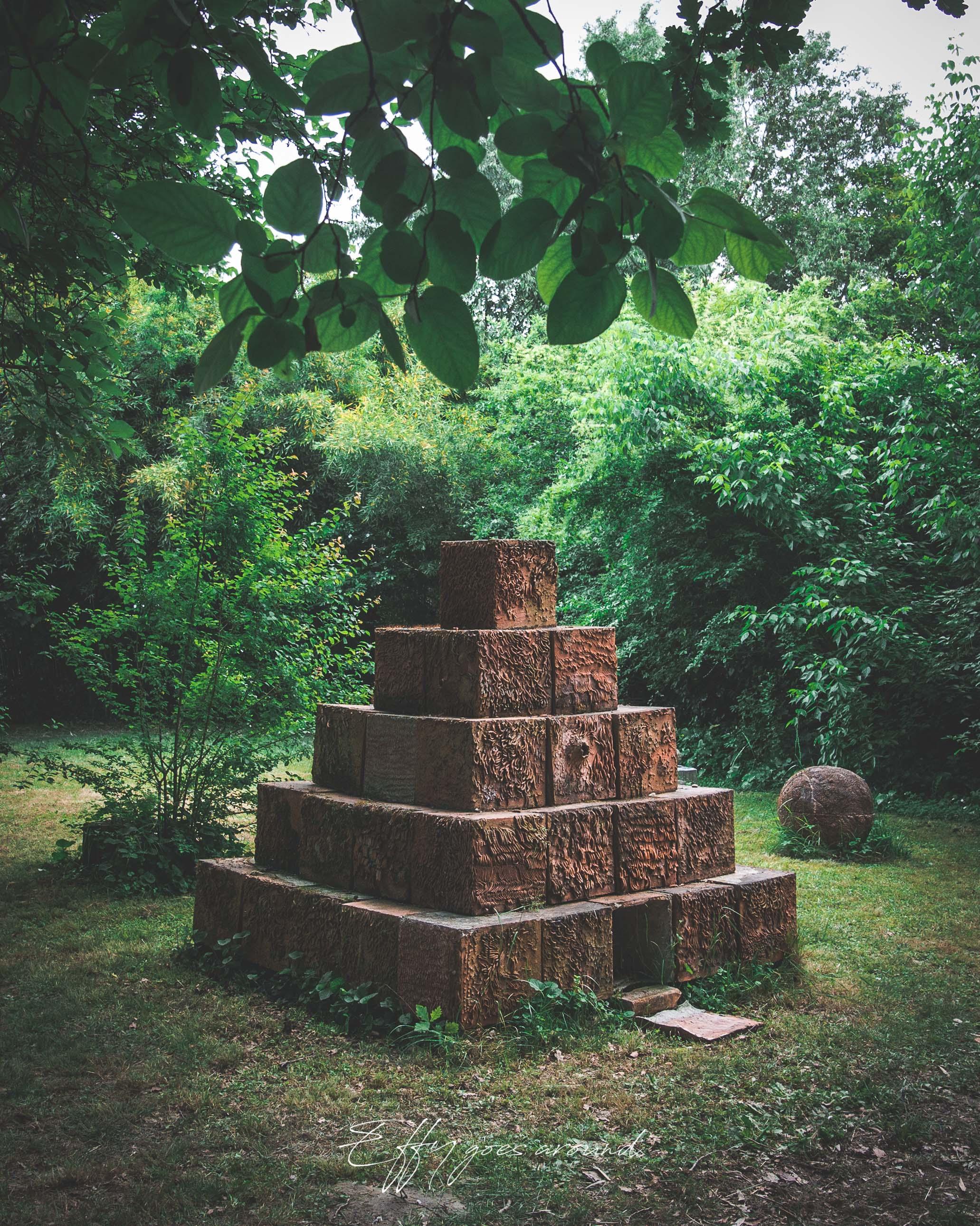 piramide nel giardino di vicolo del Parchetto a Ferrara per Interno Verde