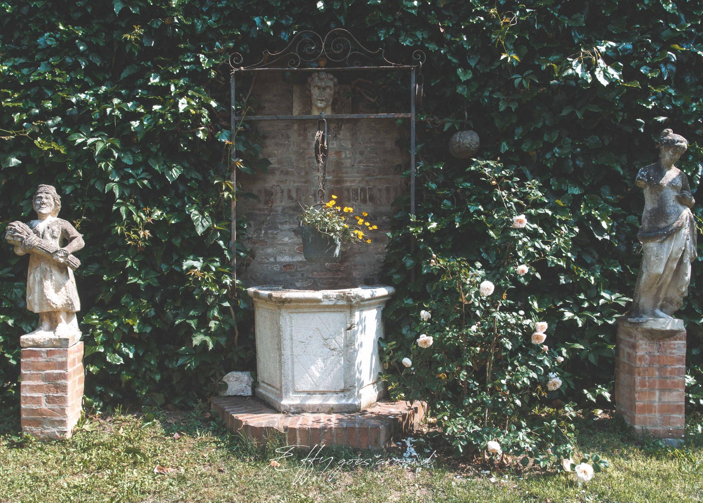 pozzo affiancato da statue nel giardino di via XX Settembre a Ferrara per Interno Verde