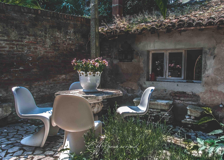set da giardino nel cortile di via XX Settembre a Ferrara per Interno Verde
