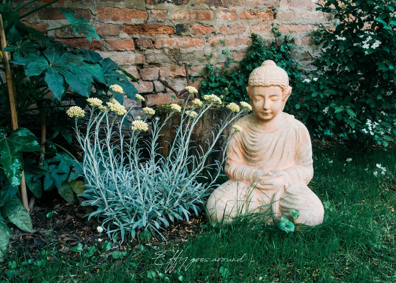 piccola statua del Buddha nel giardino di via Quartieri a Ferrara per Interno Verde